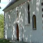 Ob obnovi so odkrili zazidano romansko okno nad in ostenje gotskega portala desno od sedanjega južnega stranskega vhoda v cerkev